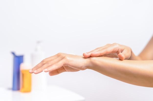 Uvプロテクションボディローションスキンケア女性の手はボディクリームを適用美容とボディケア