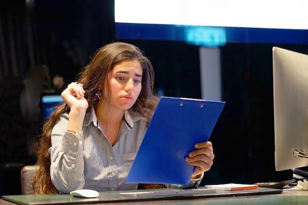 女性は悪い手紙uvolneniiを得ました。手紙で否定的なニュースを読んでいる女性受付ホテルの労働者。