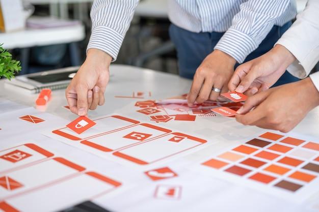 Кадр из творческого ux ui ui дизайнеров команды проектирования. разработка мобильного приложения по макетам и макетам.