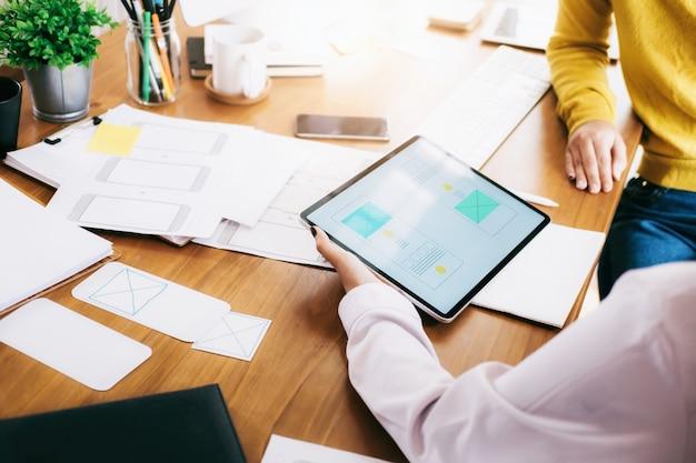 モバイルアプリケーションを設計するためのux uiデザイナーチームミーティング。