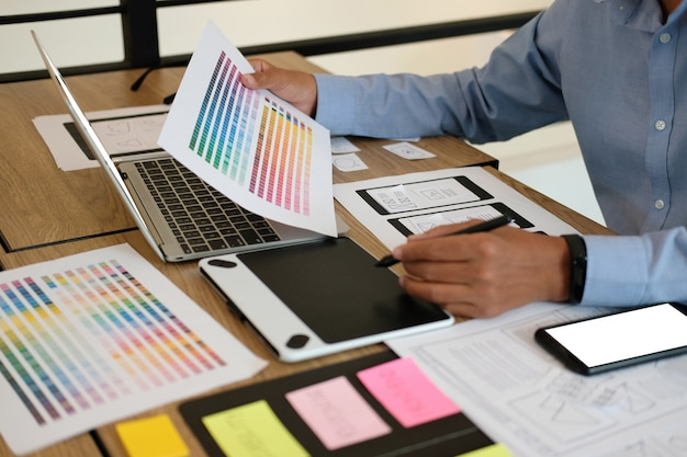 Пользовательский опыт ux дизайнер веб-дизайна на макете смартфона.
