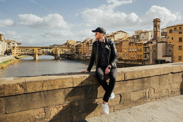 イタリア、フィレンツェのヴェッキオ橋の前の橋の上にあります。
