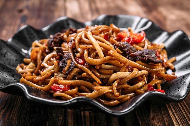 Уйгурское блюдо с жареной лапшой цомян