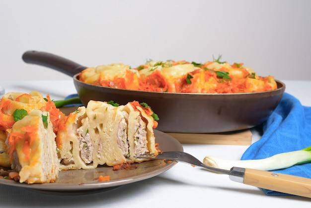 조림 야채, 재료-고기, 야채, 반죽으로 프라이팬에 집에서 우즈벡 만티. 밝은 배경에 상위 뷰입니다.
