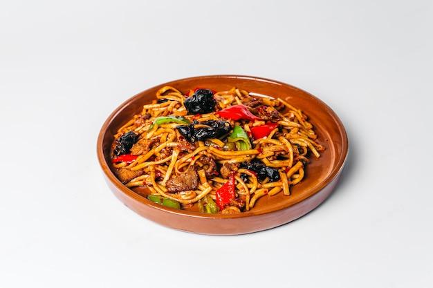 Узбекское национальное блюдо жареная лапша цомян
