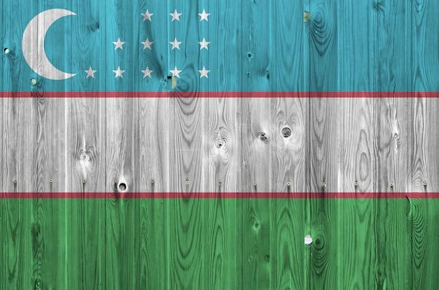 Флаг узбекистана, изображенные в яркие краски цвета на старые деревянные стены.