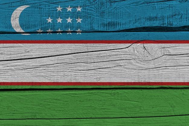 Флаг узбекистана нарисован на старой деревянной доске