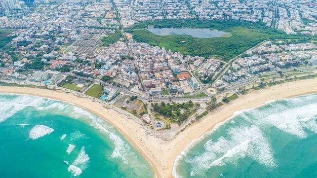 文字「v」または飛ぶ鳥の形を形成する2つのタイル張りのビーチの平面図。ダブルビーチ。