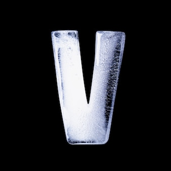 V замерзшая вода в форме алфавита, изолированных на черном фоне