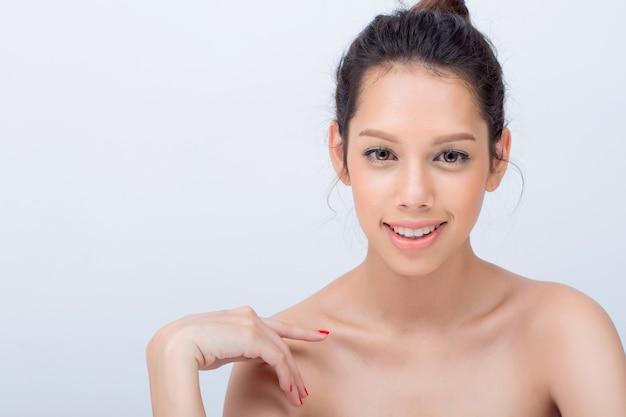 Красота азиатских молодая женщина фотомодель с v-образным лицом естественным макияжем на белом фоне