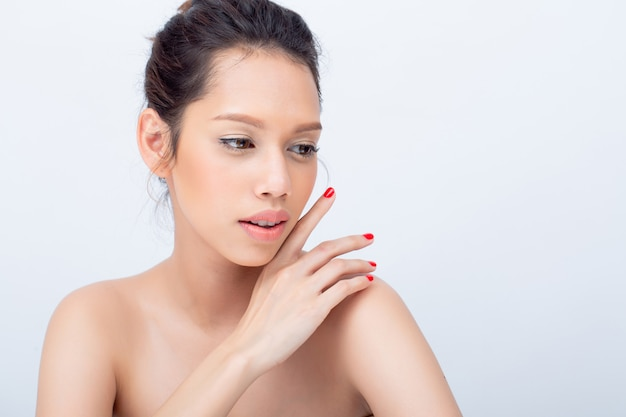 自然とアジアの若い女性ファッションモデルの美しさv字形の顔が彼女の顔に触れる