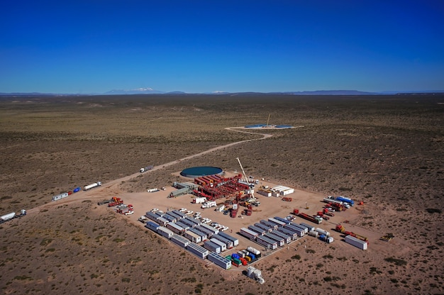 Vaca muerta, 아르헨티나, 2015년 12월 12일: 비전통 오일 추출. 수압 파쇄(fracking)용 펌핑 트럭의 배터리.