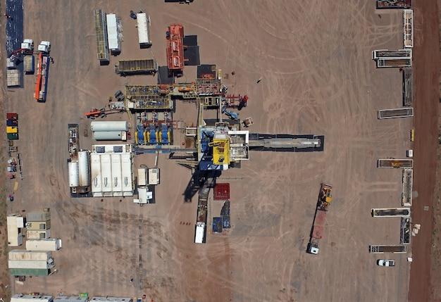 Vaca muerta, 아르헨티나, 2015년 12월 20일: 비전통 오일 추출. 수압 파쇄(fracking)용 펌핑 트럭의 배터리.