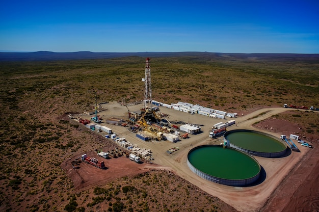 Vaca muerta, 아르헨티나, 2014년 12월 23일: 비전통 오일 추출. 수압 파쇄(fracking)용 펌핑 트럭의 배터리.