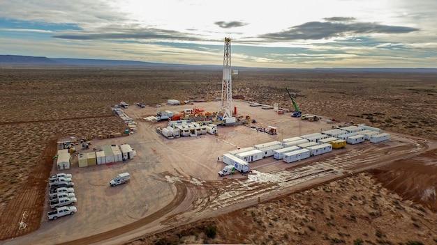 Vaca muerta, 아르헨티나, 2016년 12월 23일: 비전통 오일 추출. 수압 파쇄(fracking)용 펌핑 트럭의 배터리.