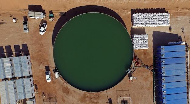 Vaca muerta, 아르헨티나, 2015년 12월 24일: 오일 추출을 위한 수압 파쇄를 위한 물과 모래.(fraking)