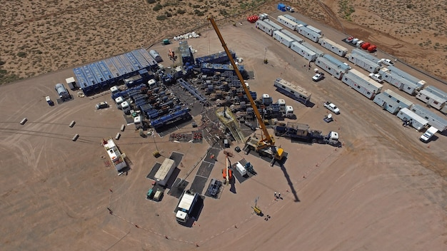 Vaca muerta, 아르헨티나, 2015년 12월 25일: 비전통 오일 추출. 수압 파쇄(fracking)용 펌핑 트럭의 배터리.
