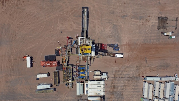 Vaca muerta, 아르헨티나, 2016년 12월 25일: 비전통 오일 추출. 수압 파쇄(fracking)용 펌핑 트럭의 배터리.