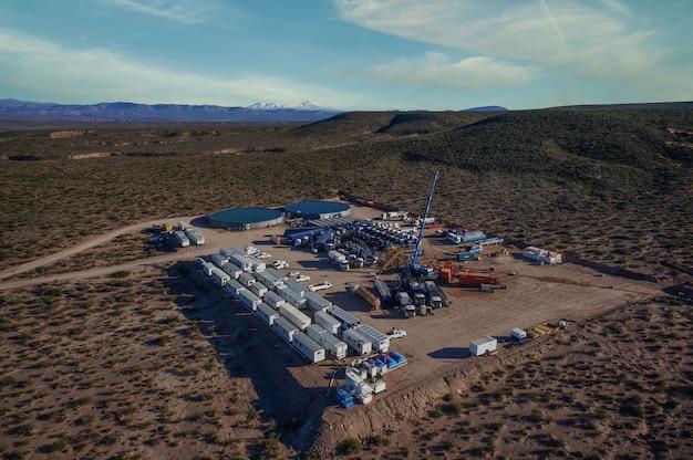 Vaca muerta, 아르헨티나, 2014년 6월 24일: 비재래식 오일 추출. 수압 파쇄(fracking)용 펌핑 트럭의 배터리.