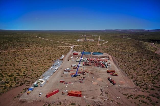 2015년 11월 202일 아르헨티나 바카 무에르타: 비전통 오일 추출. 유압 파쇄용 펌핑 트럭 배터리.