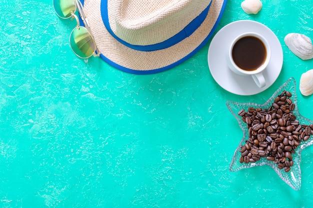 복사 공간이 있는 휴가 배경. 커피, 밀짚모자, 선글라스. 평면도, 평면도.
