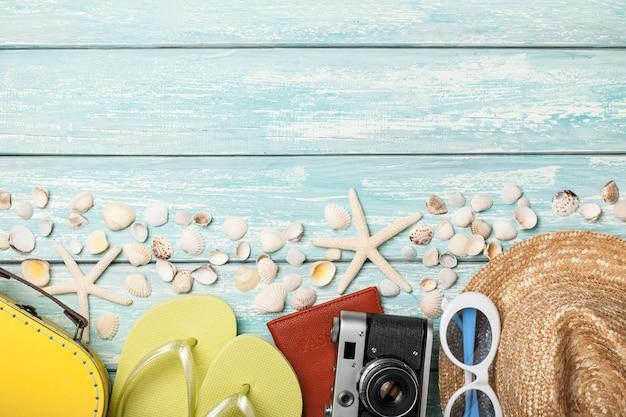Отдых пляжные аксессуары и ракушки на синем фоне