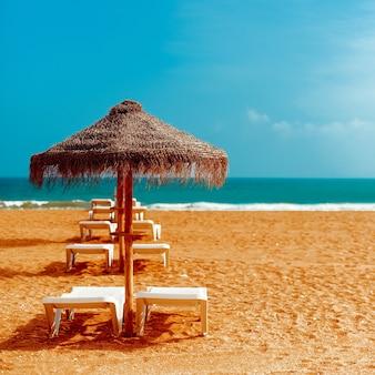 バケーションビーチ。海の上のビーチチェア傘