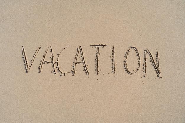 Отпуск надпись на летнем песчаном пляже. концепция отдыха и приключений.