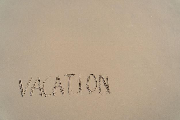 Отпуск надпись на летнем песчаном пляже с копией пространства. концепция отдыха и приключений.