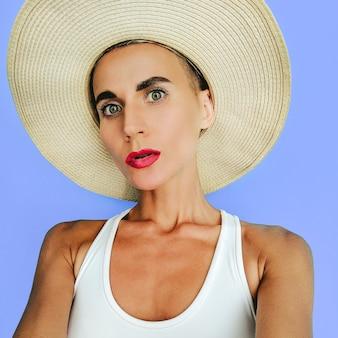 ファッションビーチアクセサリー帽子のバケーションレディ。夏の海の雰囲気