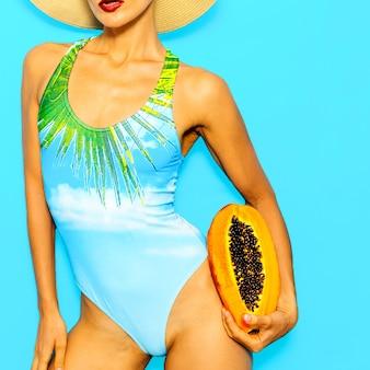 スタイリッシュなビーチアクセサリーと水着のバケーションレディ。ファッショントロピカルな雰囲気のみ