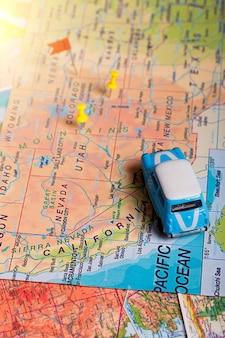 ポイントと地図上の車の休暇遠征