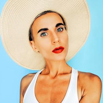 ファッションビーチアクセサリー帽子の休暇官能的な女の子。夏の海の雰囲気
