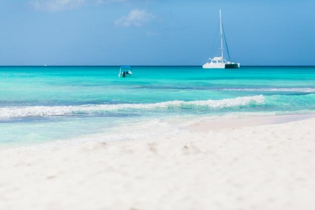 Каникулы летние каникулы фон - солнечный тропический карибский голубая лагуна райский пляж с белым песком и пальмами