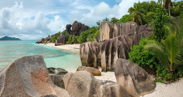 Концепция путешествия в отпуск с тропическим морским пляжем