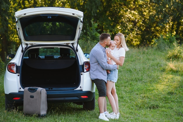 Vacation, travel - семья готова к путешествию на летние каникулы. чемоданы и автомобильный маршрут. концепция путешествия. путешественник.