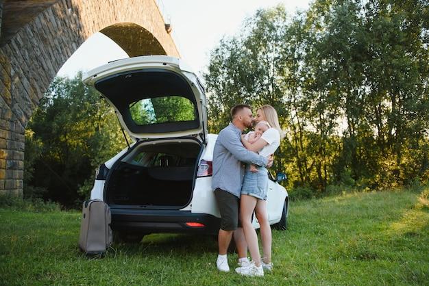 휴가, 여행 - 여름 휴가를 위한 여행 준비가 된 가족. 가방 및 자동차 경로입니다. 여행 개념입니다. 여행자.