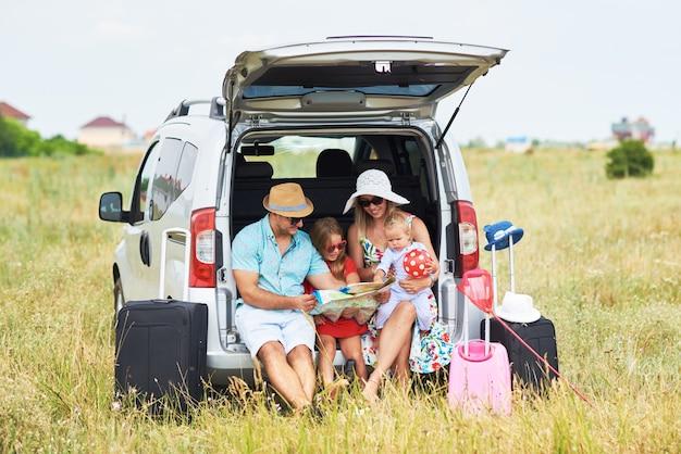 休暇、旅行-夏休みの旅行の準備ができて幸せな家族。人々は楽しんで、電話で写真を撮ります。旅の思い出に自分撮りを