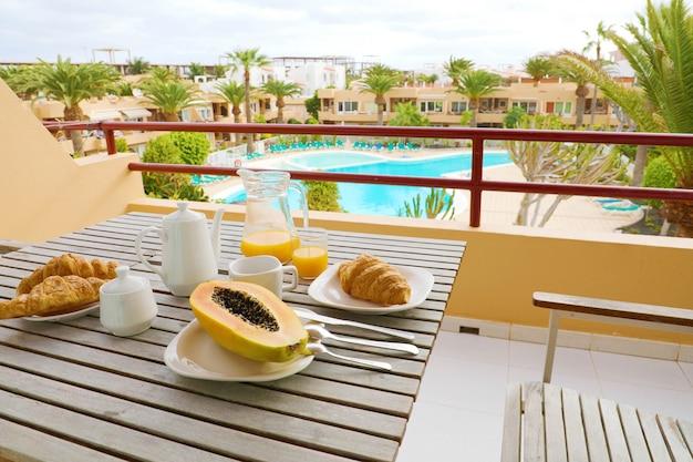外の高級リゾートでの休暇旅行の朝の食べ物の朝食