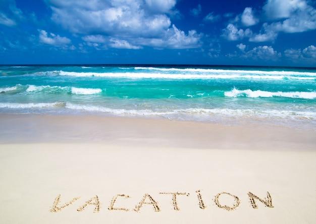 모래 열대 해변에서 작성된 휴가