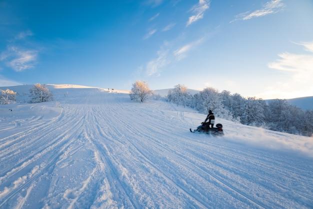 山カルパティア渓谷のスキーリゾートの観光客の行楽客は速く乗る