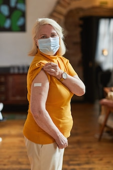 예방 접종을 받은 노인 여성