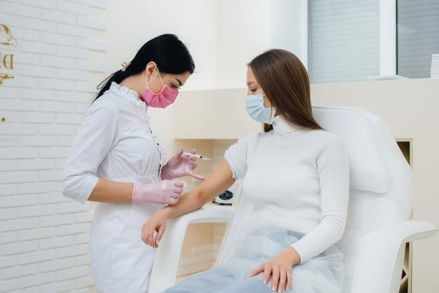 世界的大流行中のインフルエンザとコロナウイルス感染に対する少女の予防接種