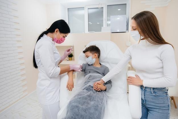 世界的大流行中のインフルエンザとコロナウイルス感染に対する子供と家族全員の予防接種。免疫系と抗体の形成。