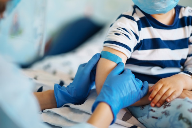 집에서 어린 아이의 예방 접종.