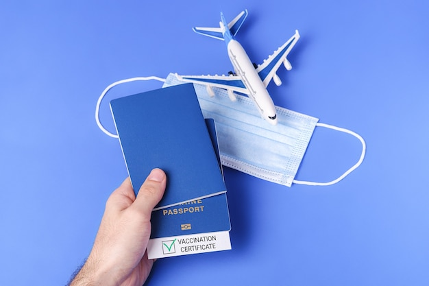 Паспорт вакцинации с зеленой галочкой, концепция сертификата безрискового путешествия