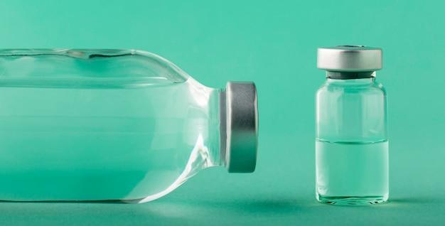 Ассортимент бутылки вакцины на зеленом