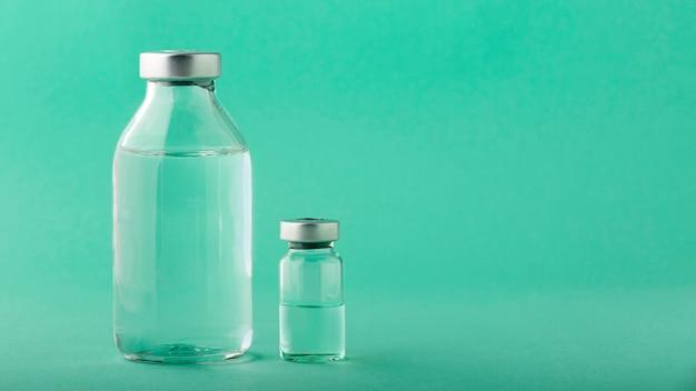 緑のワクチンボトルの品揃え