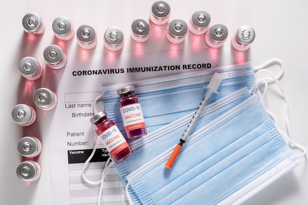 Стеклянные флаконы с вакциной для вакцинации от covid-19 и шприц