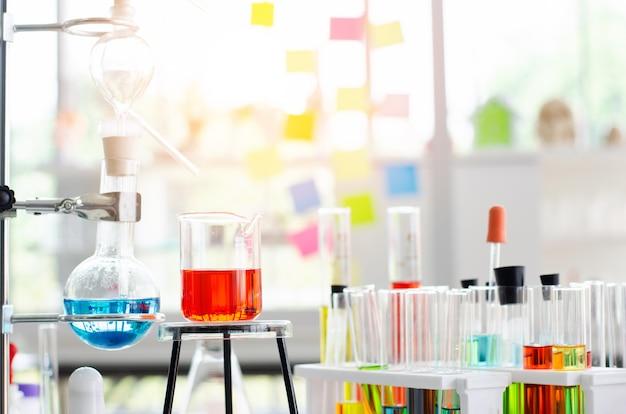 テーブル上の研究室でのvacutainerまたはテストチューブ